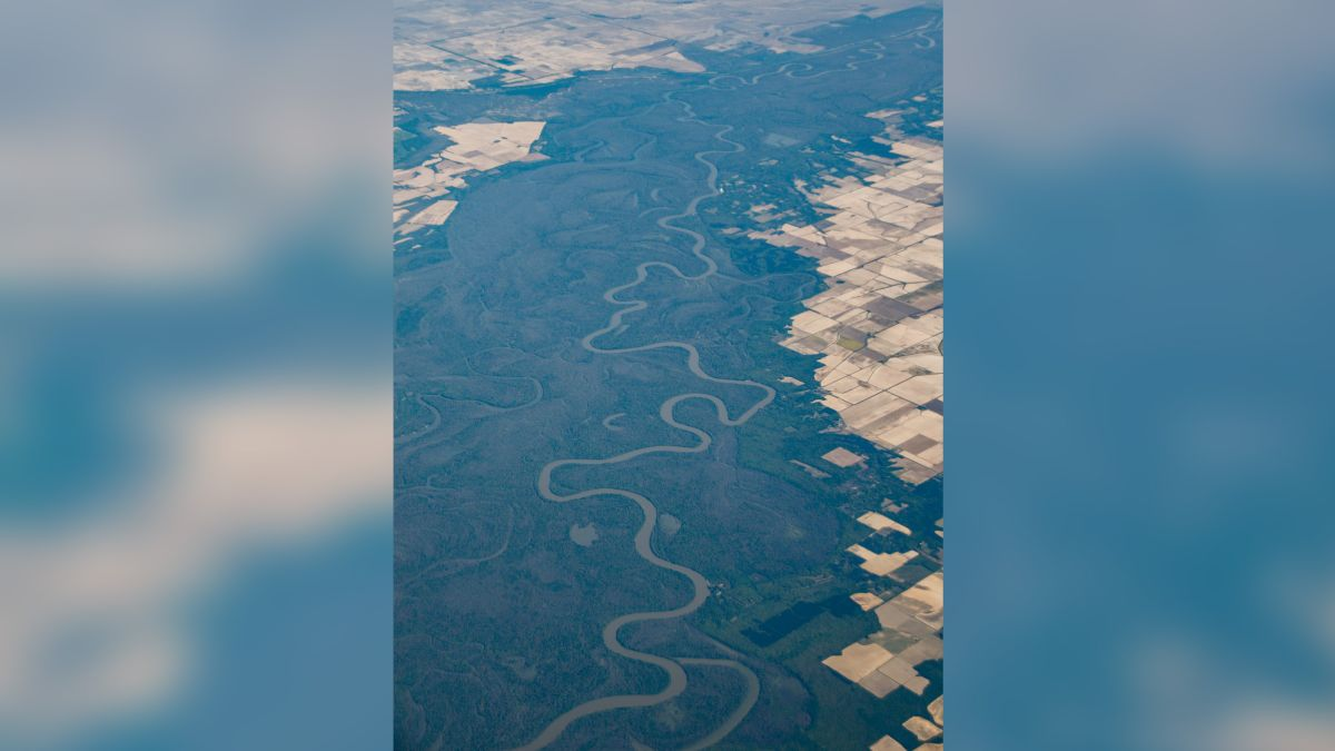 Satellite images show that the rivers of the United States change from blue to yellow and green
